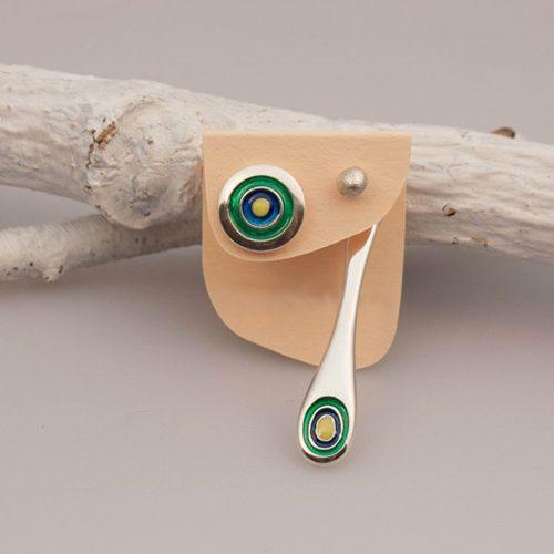 Sterling zilveren oorbellen drop, knopje en hanger met de kleuren blauw, geel, groen en zilver. Prijs € 30.00 bij sieradencorner