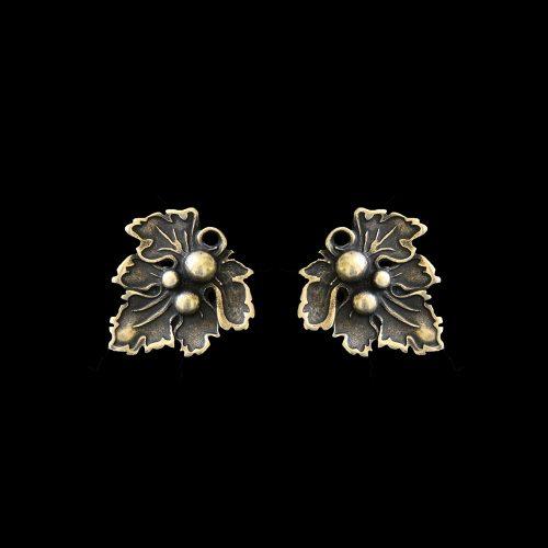 Brons vergulde oorbellen List Smorodini Bronze in de vorm van een blad met waterdruppels. Op sieradencorner.nl vind je klassieke,vintage en trendy sieraden. Prijs € 9,00