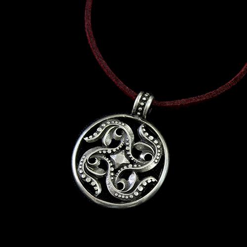 Leren ketting Ustina verzilverde nikkelvrije hanger. Ketting is in rood en zwart. Exclusieve sieraden binnen handbereik bij sieradencorner.nl. Prijs € 14,00