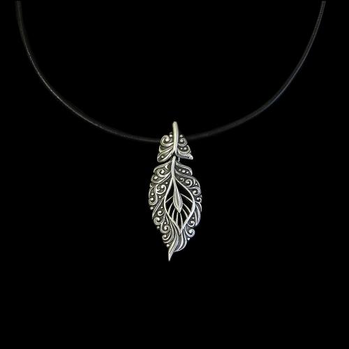 Ketting leer Perishko zilverkleurig nikkelvrije hanger met open bewerkt blad. Op sieradencorner.nl vind je unieke trendy sieraden tegen een betaalbare prijs. Prijs € 18,00