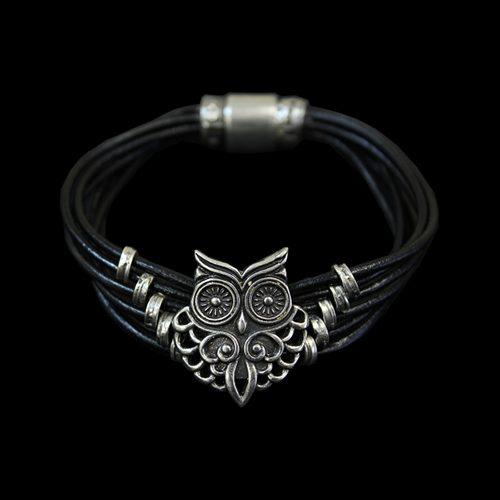 Armband Sova een uniek sieraad van leer met een zilverkleurige afbeelding in de vorm van een uiltje, dat bij iedere outfit past. Prijs € 19,00 Sieradencorner.nl heeft klassieke en trendy sieraden