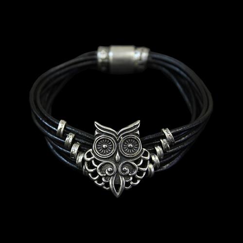 Leren armband Sova met zilverkleurige elementen. Prijs € 19,00 Deze moderne armband heeft een afbeelding van een uil. Sieradencorner.nl heeft klassieke en trendy sieraden