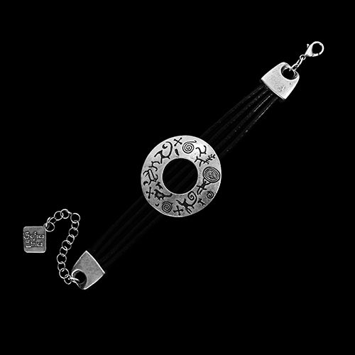 Armband Dora een uniek sieraad van zwart leer met bewerkte schakel. Op sieradencorner.nl vind je klassieke en trendy sieraden tegen een betaalbare prijzen. Prijs € 14,00.