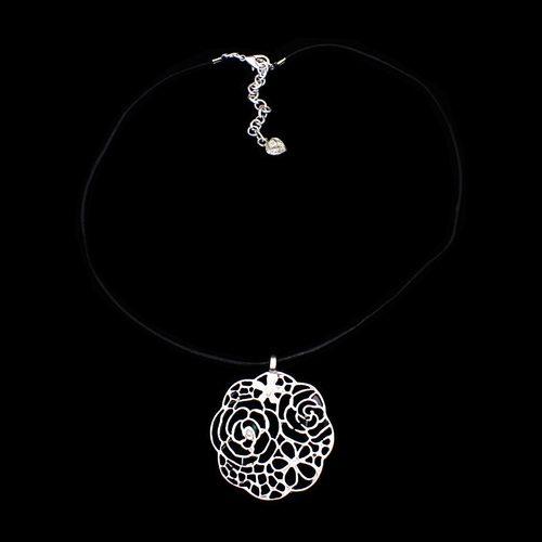 Leren ketting Roz verzilverde nikkelvrije hanger, De opengewerkte hanger heeft de vorm van een roos. Op sieradencorner.nl vind je unieke trendy sieraden. SALE € 14,00