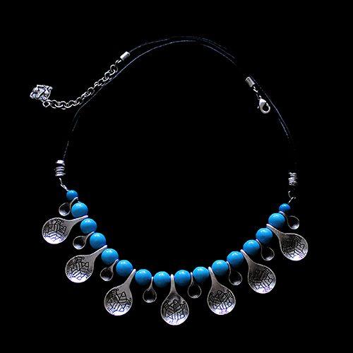 Ketting uit de collectie Akva Blue. Een exclusief sieraad bestaande uit leren ketting met blauwe kralen en zilverkleurige bewerkte bedeltjes Prijs € 20,00 | sieradencorner.nl