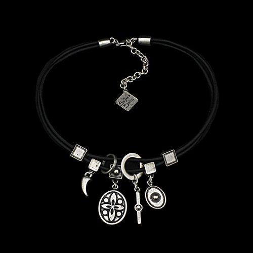 Ketting Charusha een uniek sieraad. Ketting van zwart leer met zilverkleurige design bedeltjes. Bij sieradencorner vindt u mooie exclusieve sieraden.. Verkoopprijs € 22,00