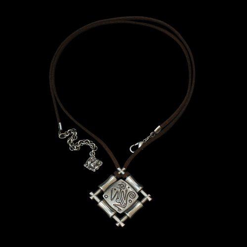 Leren ketting met verzilverde hanger Ogena-silver met afbeelding van een geluksaapje. Prijs € 15,00 Exclusieve sieraden binnen handbereik bij sieradencorner.nl.