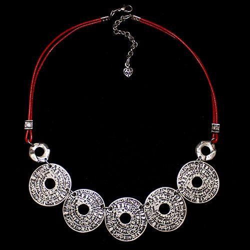 Ketting Kalendar Red een uniek sieraad. Leren ketting met zilver kleurige ringen. Ketting is ook verkrijgbaar met zilverkleurige ketting | sieradencorner.nl Sale € 13,00