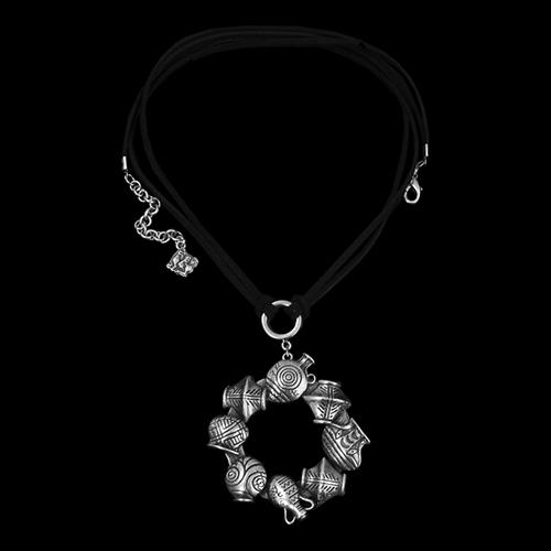 Ketting Amfora Ros een uniek sieraad met bedeltjes in de vorm van kruikjes. In combinatie met oorbellen Amfora heeft u een uniek setje sieraden. Op sieradencorner.nl vind je trendy, klassieke sieraden.