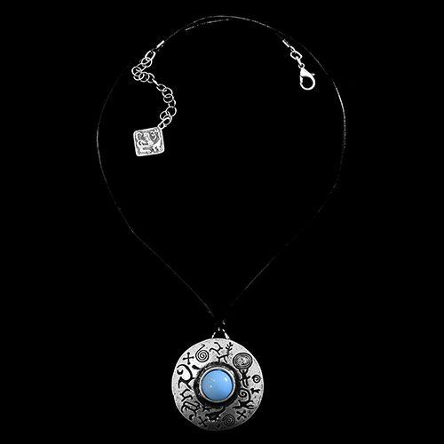 Leren ketting zilverkleurige hanger Ochag Bleu, hanger is grafische bewerkt en heeft een blauwe kraal in het midden. Exclusieve sieraden bij sieradencorner.