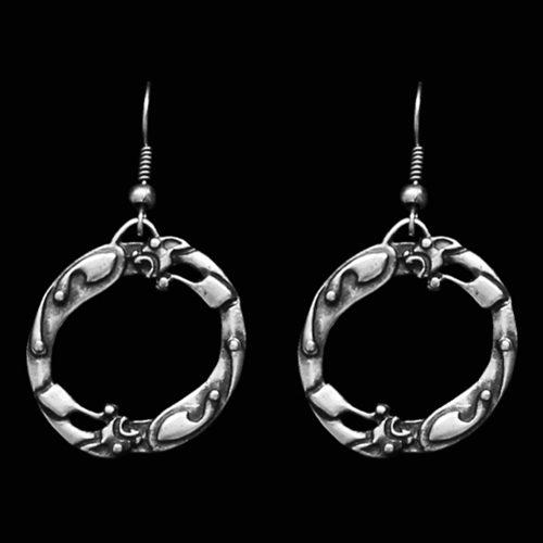 Verzilverde oorbellen skilea ringen met een dieren design. Lengte 3.5 cm. Prijs € 9.00 | sieradencorner.nl