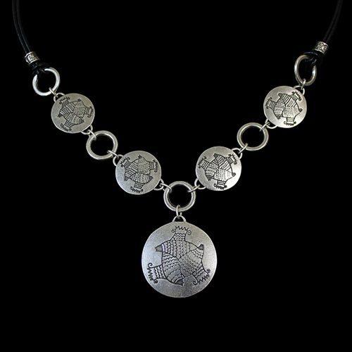 ketting Akva een uniek sieraad. In combinatie met de oorbellen en de armband heeft u een uniek setje sieraden. Op sieradencorner.nl vind je trendy sieraden.