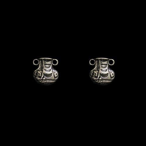 Verzilverde nikkelvrije oorbellen Amfora-Ros in de vorm van een grieks kruikje. Lengte 1.5 cm Prijs € 6.00 sieradencorner.nl