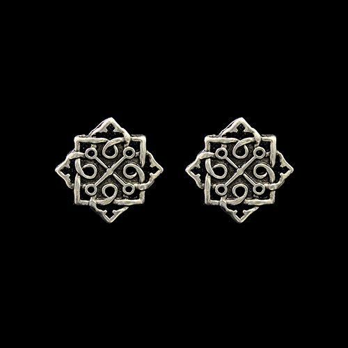 Zilverkleurig nikkelvrije oorbellen Avgustina, de oorbellen hebben een unieke moderne uitstraling. Prijs € 6,00 Op sieradencorner.nl vind je klassieke, vintage en trendy sieraden vanuit de hele wereld