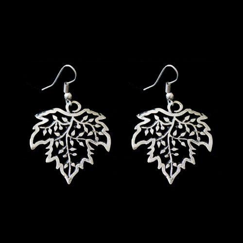 Zilverkleurig nikkelvrije oorbellen Listvin, met blad design. Exclusieve sieraden van uit de gehele wereld binnen handbereik bij sieradencorner.nl. Prijs € 9,00