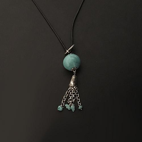 Zwart leren ketting Birusa Kolo met zilverkleurige en blauwe elementen. SALE € 18.00 voor € 14.00.Bij sieradencorner vindt u mooie exclusieve sieraden.