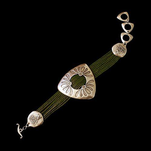Armband Mayorez Brons een uniek sieraad. In combinatie met de ketting Mayorez Brons heeft u een uniek setje sieraden. Exclusieve sieraden bij sieradencorner.nl Verkoopprijs € 12,00