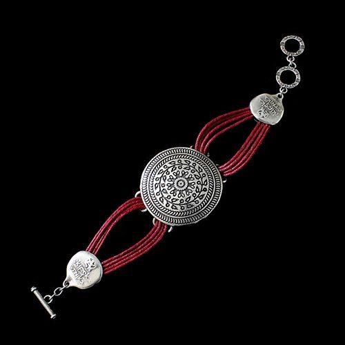 Armband Peistra Red een uniek sieraad. In combinatie met de oorbellen Peistra Silver of oorbellen Peistra Seta heeft u een uniek setje sieraden.Prijs € 11,00