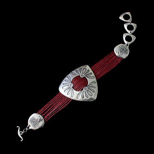 Armband Mayorez Red een uniek sieraad . In combinatie met de ketting Mayorez red heeft u een uniek setje sieraden. Unieke sieraden bij sieradencorner.nl Prijs € 12,00