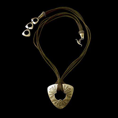 Ketting Mayorez Brons een uniek sieraad. In combinatie met de oorbellen Mayorez Brons heeft u een uniek setje sieraden. Exclusieve sieraden bij sieradencorner.nl € 19,00