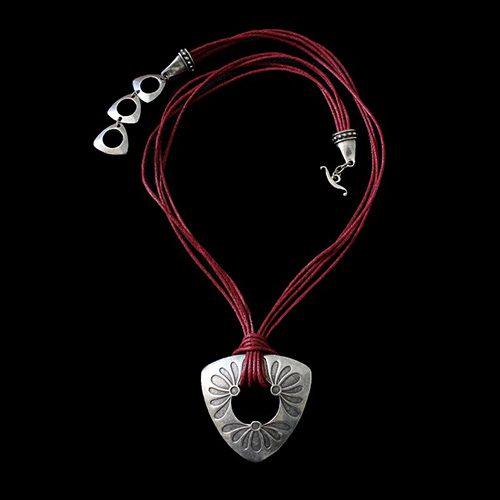 Ketting Mayorez Red een uniek sieraad. In combinatie met de armband Mayorez Red heeft u een uniek setje sieraden. Exclusieve sieraden bij sieradencorner.nl Verkoopprijs € 19,00