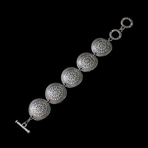Armband Peistra-silver verzilverd nikkelvrij. Prijs € 11,00 Op Sieradencorner.nl vind je klassieke, vintage en trendy sieraden vanuit de hele wereld tegen betaalbare prijzen