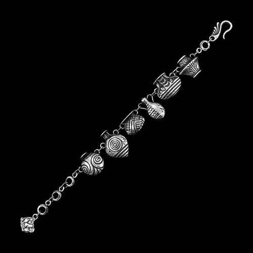 Armband amfora een uniek sieraad met bedeltjes in de vorm van kruikjes,. In combinatie met oorbellen Amfora en ketting Amfora heeft u een uniek setje sieraden. Op sieradencorner.nl vind je trendy, klassieke sieraden.