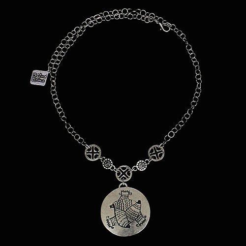 Ketting Akva Vita een uniek sieraad. In combinatie met de oorbellen Akva Vita en de armband Akva Vita heeft u een uniek setje sieraden. Op sieradencorner.nl vind je trendy, klassieke sieraden.