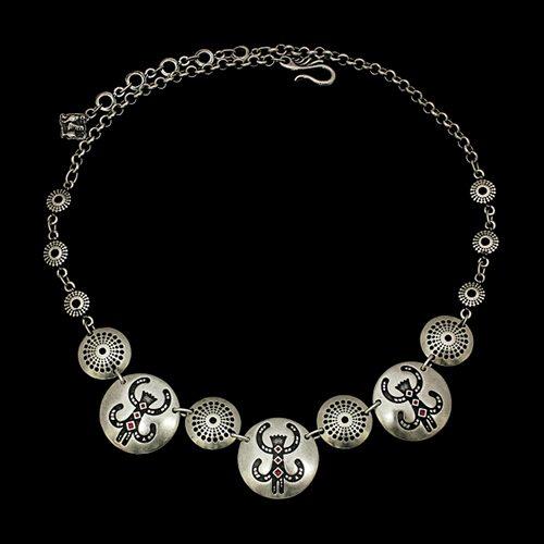 Ketting Dobrovoda een uniek sieraad met afbeelding geluksaapje. In combinatie met de oorbellen en armband Dobrovoda heeft u een uniek setje sieraden | sieradencorner.nl