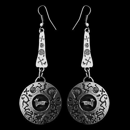 Zilverkleurige nikkelvrije oorbellen Ochag Silver hangers met grafisch motief. Prijs € 8.00 Op sieradencorner.nl vind je klassieke, vintage en trendy sieraden.
