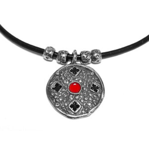 Ketting Medalon een uniek sieraad. Ketting van leer met sterling zilveren hanger en bedeltjes. Bij sieradencorner vindt u mooie exclusieve sieraden. Prijs € 35,00
