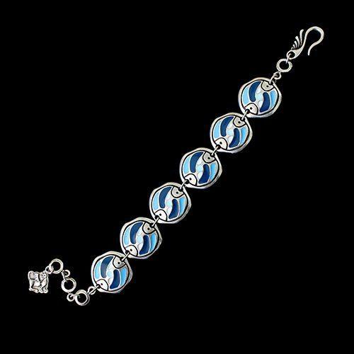 Armband Stepovik Bleu een uniek sieraad met de kleuren zilver, blauw en wit. In combinatie met oorbellen Stepovik heeft u een vrolijk setje sieraden. Prijs € 13.00 | sieradencorner.nl
