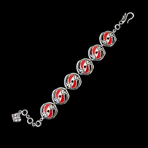 Zilverkleurig armband Stepovik-red-a. Met een uniek design, lengte 21 cm, Prijs € 10.00. Kleuren wit, rood, zwart en zilver   sieradencorner.nl