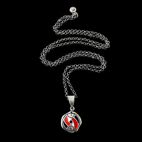 Ketting Stepovik Red een uniek sieraad lengte van dit vrolijke sieraad is 70cm In combinatie met armband Stepovik heeft u een vrolijk setje sieraden met de kleuren rood, wit, zwart en zilver Prijs € 11,00.