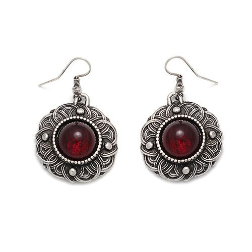 Zilverkleurige-oorbellen-Bezanta-c met rode steen, een exclusief sieraad. Op sieradencorner.nl vind je klassieke, vintage en trendy sieraden.